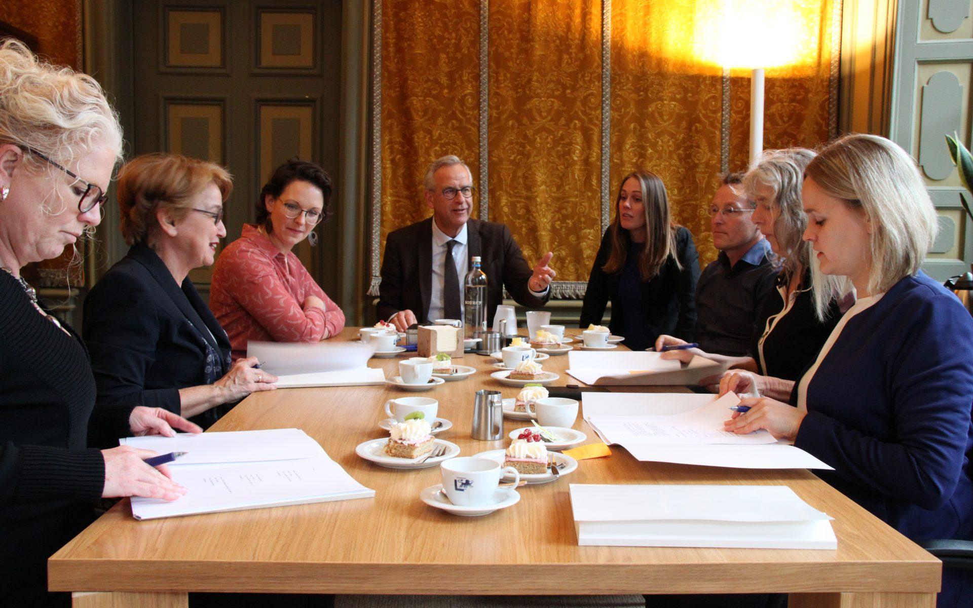 Ondertekening contract Crisishulp Friesland